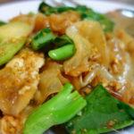 パタヤ Soiブッカオ 名無し食堂 センヤイ・パッシーユー カナー(カイラン菜)幅広麺炒めとグリーンカレー