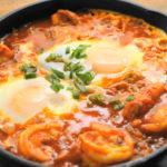 チューブ入りハリッサで簡単!スパイシートマトソースにとろーり卵!「シャクシュカ」