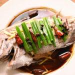 熱した油でジュッ!真鯛の中華風姿蒸し 普段使いの調味料で作る「清蒸鮮魚」